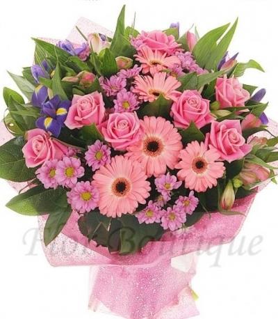 Букет из розовых роз розовых гербер и ирисов.