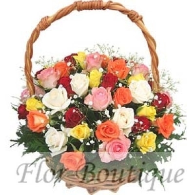 Разноцветные розы в корзине.