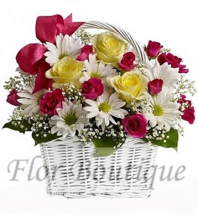 Корзина с хризантемами и жёлтыми розами фото.
