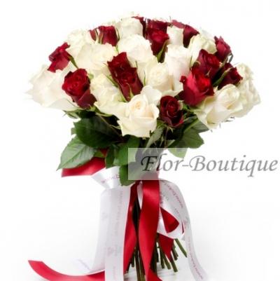 Букет из 35 красных и белых кенийских роз