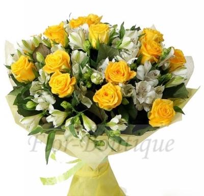 Букет из жёлтых роз и белых альстромерий.