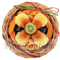 Корзинка с сухофруктами и вялеными фруктами